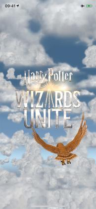 """Der Intro-Film von """"Harry Potter: Wizards Unite"""" zeigt eine Eule, die über den Wolken vor dem Logo """"Harry Potter: Wizards Unite"""" fliegt, dessen Buchstabe """"A"""" als drei sich an der Spitze berührende Zauberstäbe dargestellt wird."""